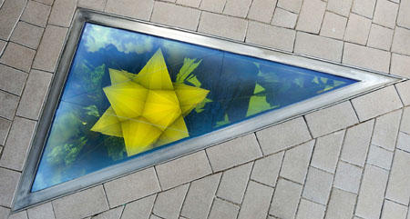 Negative glacier kaleidoscope (Kepler dodeca star), 2007 Edelstahl, Farb-Effekt-Filterglas,  Aluminium, Stahl, Aluminiumfolie,  flächige Entladungslampe,  mechanisches Entfeuchtungssystem,  Plastik 270 x 185,4 x 83 cm Dreieck: 185,4 x 157,71 x 97,47 cm